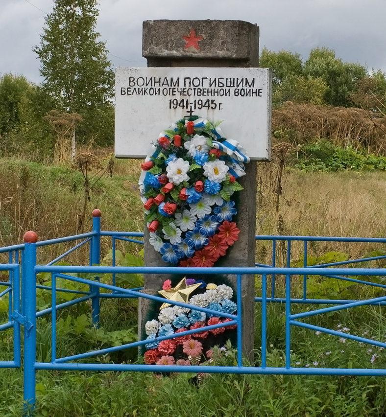 д. Веретье Бокситогорского р-на. Памятник установлен на братской могиле, в которой захоронено 11 неизвестных советских воинов.
