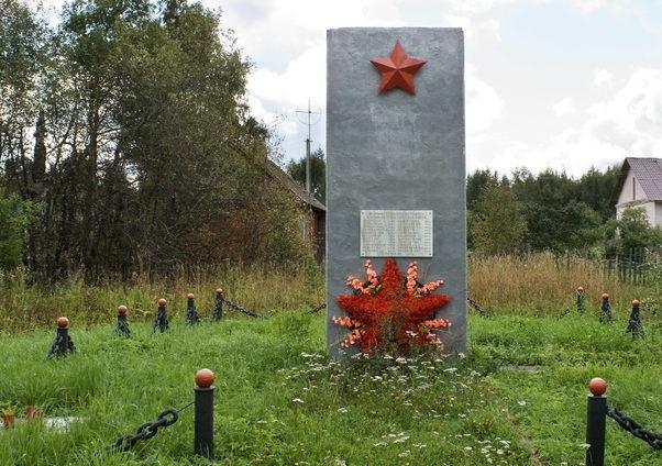 д. Галично Бокситогорского р-на. Памятник установлен на братской могиле, в которой захоронено 33 советских воина.