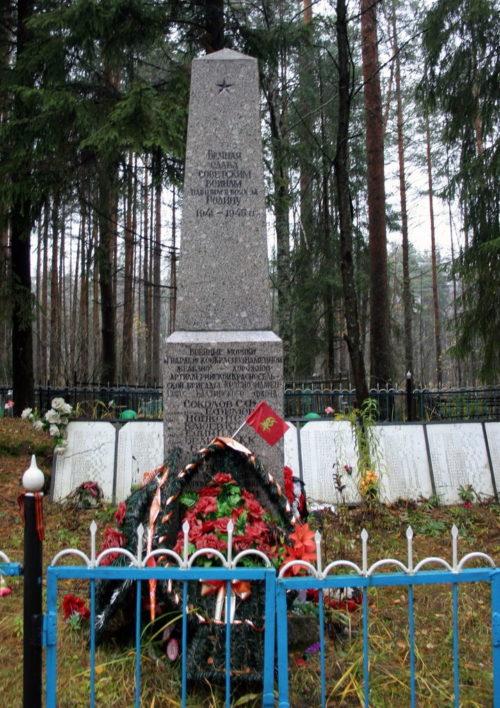 ст. Манушкино Всеволожского р-на. Памятник, установленный на братской могиле, в которой похоронено 616 советских воинов.