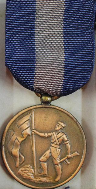 Аверс и реверс медали национального сопротивления.