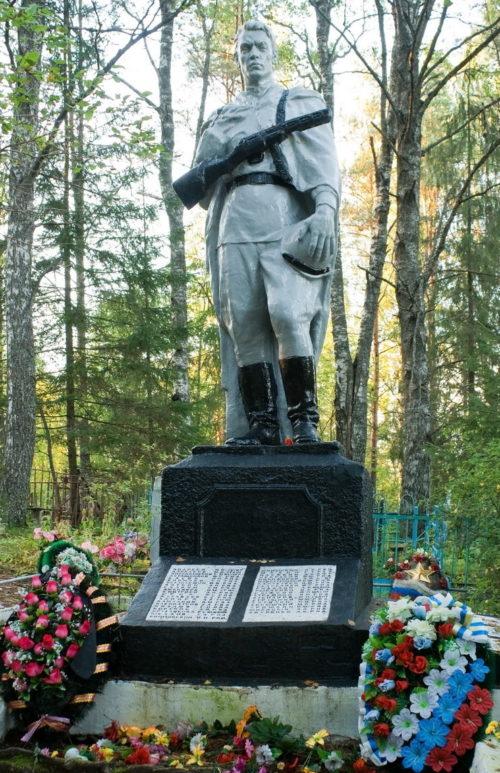 п. Ефимовский Бокситогорского р-на. Памятник на кладбище, установленный на братской могиле, в которой похоронено 187 советских воинов.