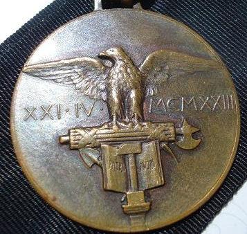 Аверс и реверс памятной медали Национальной конфедерации профсоюзных фашистских корпораций.