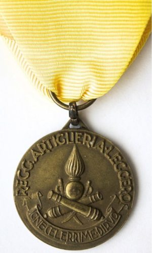 Аверс и реверс памятной медали артиллерийского полка легкой кавалерии. Медаль изготовлена из бронзы, диаметр – 28 мм.