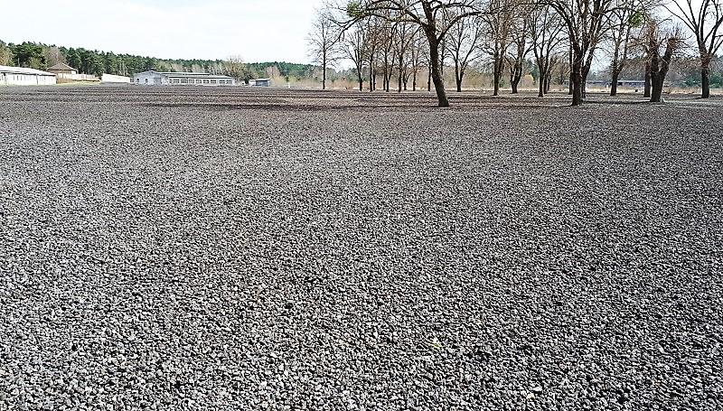 «Голая» площадь с мелким черным гравием символизирует рассыпанные пепел от тысяч сожженных тел в крематории.