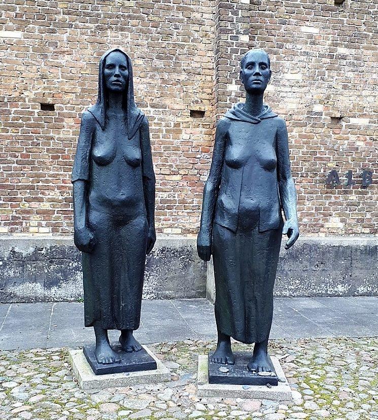 Памятник «Две Женщины» в крематории перед Стеной Наций.