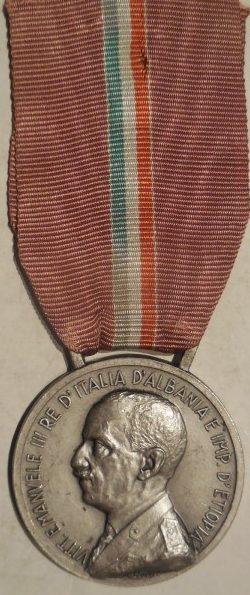 Аверс и реверс памятной медали заслуг итальянской молодежи Литторио.