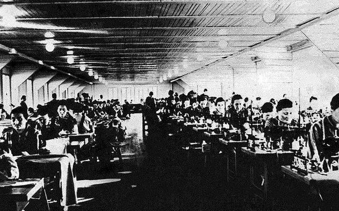 Швейный цех в 1942 году и сегодня.