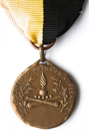Аверс и реверс памятной медали 2-го полка тяжелой артиллерии. На аверсе медали отчеканен девиз артиллеристов – «Всегда и везде». Медаль изготовлена из бронзы, диаметр - 30 мм.