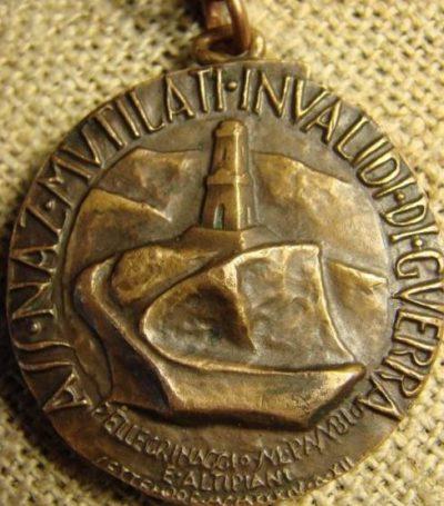 Аверс и реверс памятной медали ассоциации инвалидов войны.