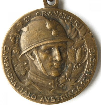 Аверс и реверс памятной медали 2-го полка бригады «Granatieri di Sardegna». Медаль изготовлена из бронзы, диаметр - 26 мм.