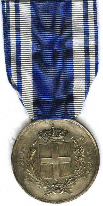 Аверс и реверс серебряной медали «За доблесть на море» (Medaglia d'argento al valor di Marina).