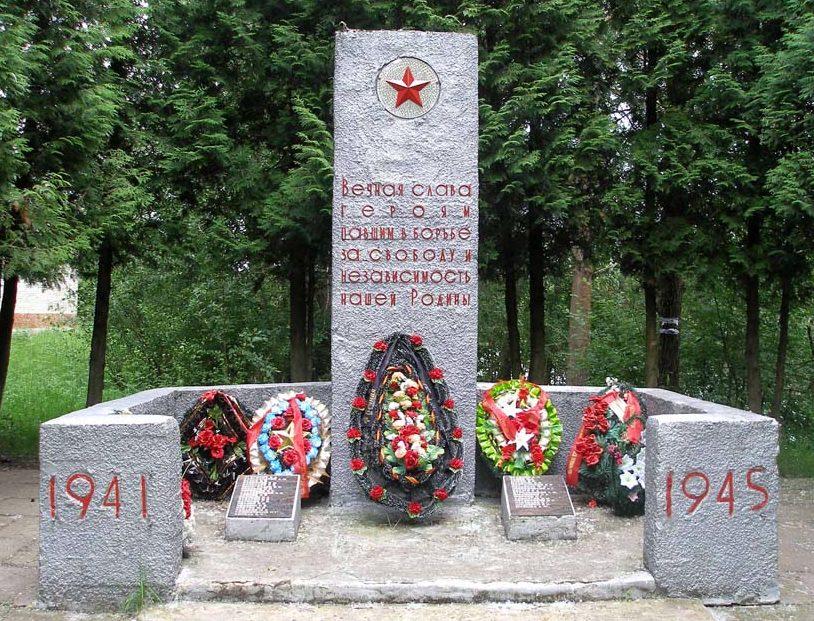 д. Лукаши Гатчинского р-на. Памятник, установленный на братской могиле, в которой похоронено 55 советских воинов, в т.ч. 18 неизвестных.