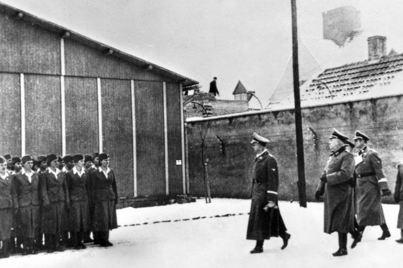 Рейхсфюрер-СС Генрих Гиммлер осматривает Равенсбрюк. 1940 г.