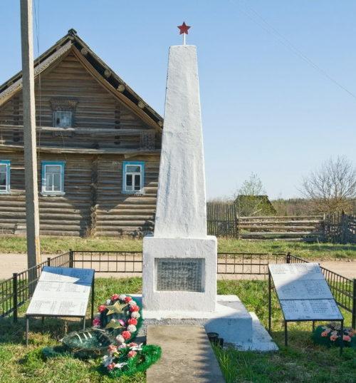 д. Забелино Бокситогорского р-на. Памятник погибшим землякам, на котором увековечено имена 95 человек.