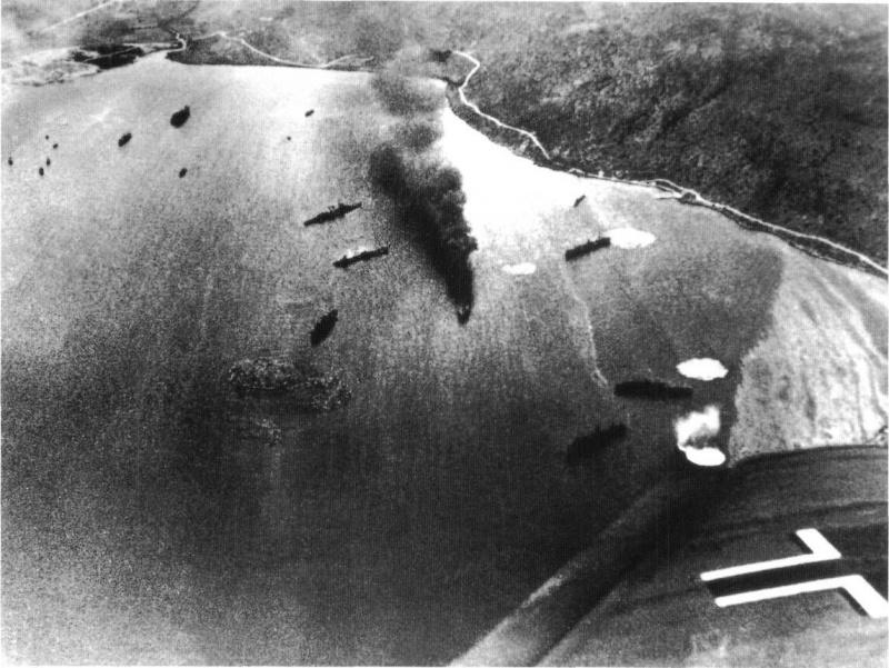 Атака немецких бомбардировщиков Ju-87 британских кораблей в греческой военно-морской базе в бухте Суда на Крите. Апрель 1941 г.
