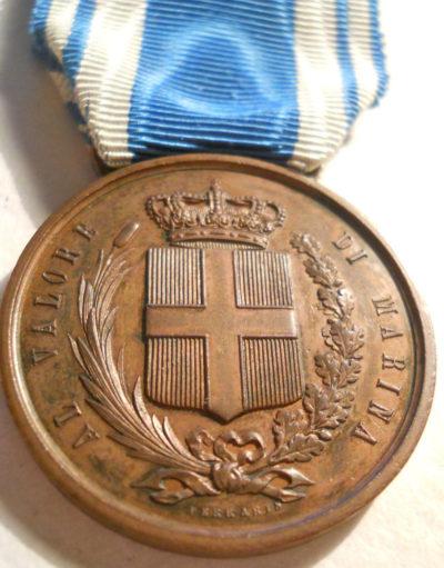 Аверс и реверс бронзовой медали «За доблесть на море» (Medaglia di bronzo al valor di Marina).