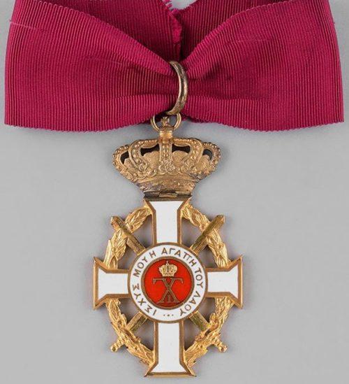 Знак Большого командорского креста с мечами на шейной ленте.