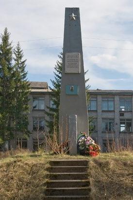 п. Заборье Бокситогорского р-на. Памятный знак Герою Советского Союза Годовикову А. Н., установленный в 1989 году во дворе школы.