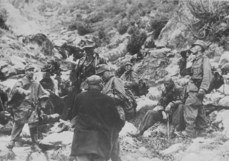 Горные егеря вермахта на привале в горах Греции. Апрель, 1941 г.