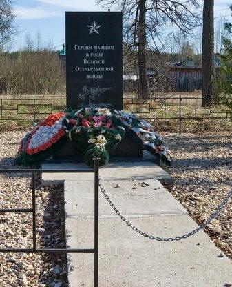 п. Заборье Бокситогорского р-на. Памятник погибшим землякам, установленный в 2016 году в центре поселка на привокзальной площади.