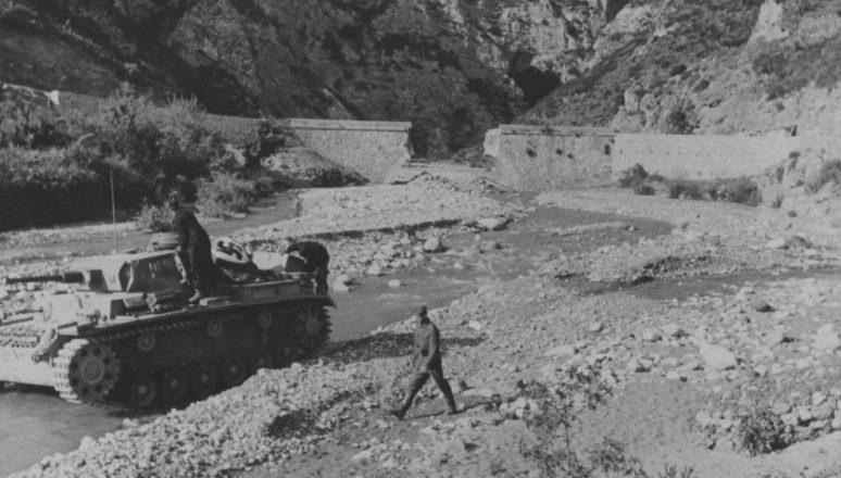 Немецкий танк на берегу горной речки в Греции. Апрель, 1941 г.