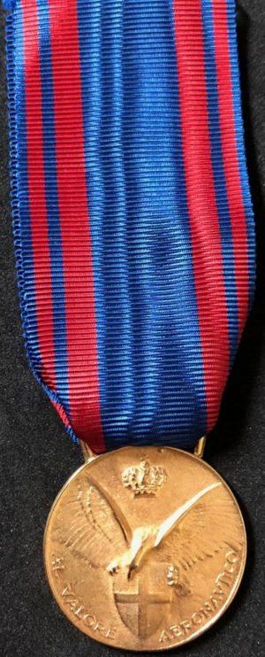 Аверс и реверс золотой медали «За доблестную службу в авиации» (Medaglia d'oro al valore aeronautico).