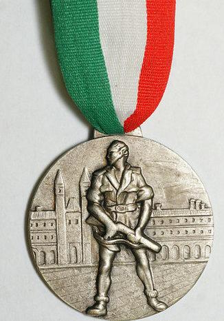 Аверс и реверс памятной медали итальянских партизан г. Пармы.