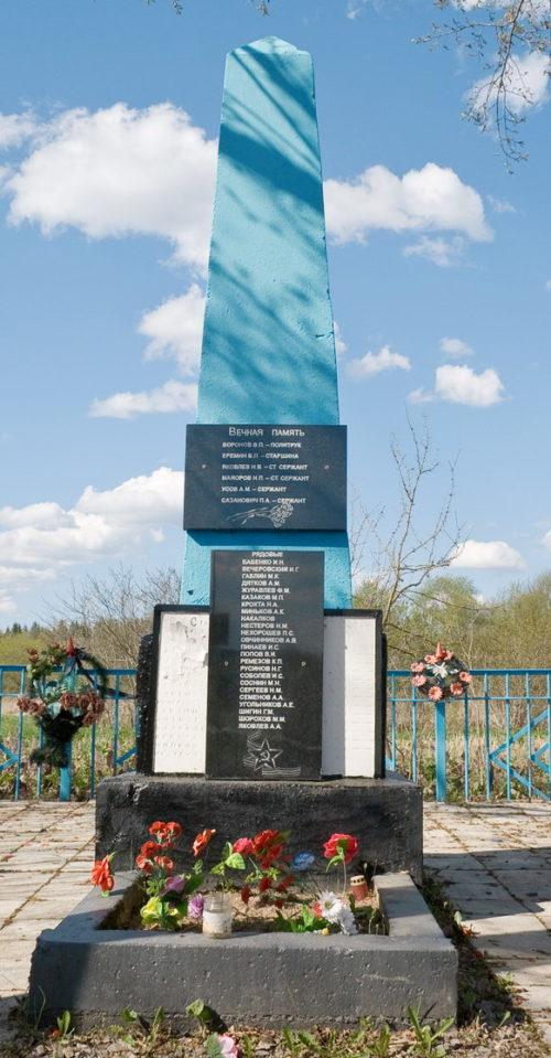 д. Зиновья Гора Бокситогорского р-на. Памятник, установленный на братской могиле, в которой похоронено 30 советских воинов.