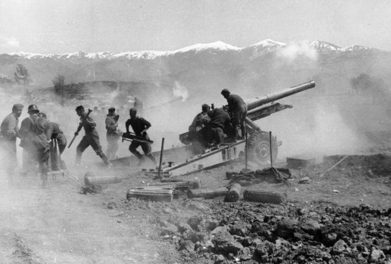 Немецкое орудие ведет огонь. Греция. Апрель, 1941 г.