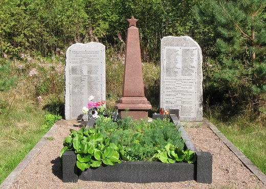 п. Вязы Выборгского р-на. Памятник установлен на братской могиле, в которой похоронено 181 советский воин.