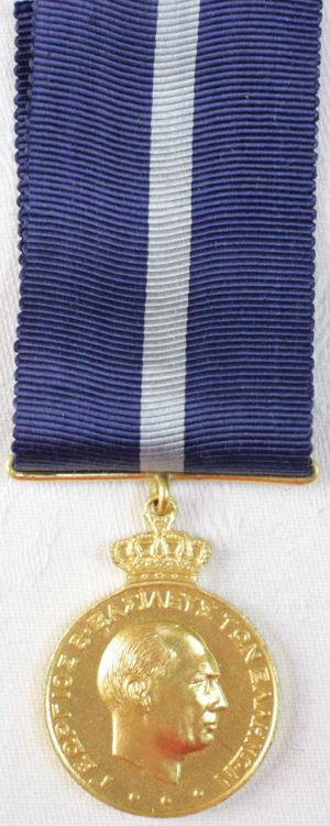 Аверс и реверс золотой медали за выслугу лет (20 лет).