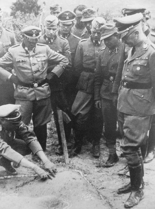 Рейхсфюрер СС Генрих Гиммлер и обергруппенфюрер СС Зепп Дитрих с офицерами 1-го батальона дивизии СС «Лейбштандарт Адольф Гитлер» у макета местности в Греции. Апрель, 1941 г.