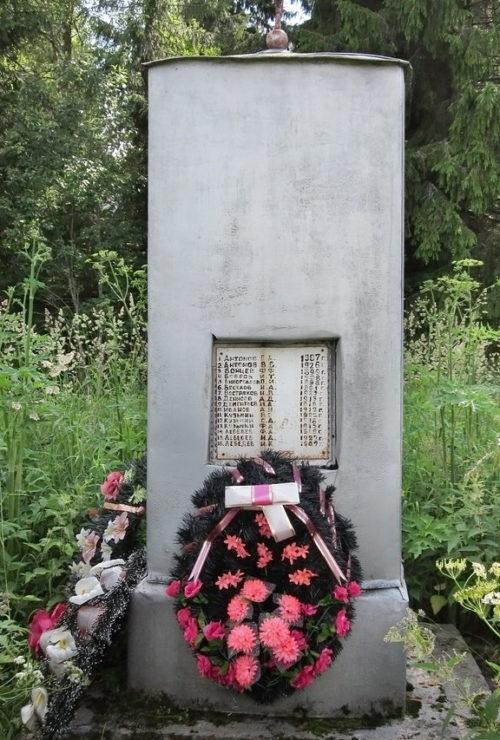 д. Корвала Бокситогорского р-на. Памятник погибшим землякам, на котором увековечено имена 47 человек.