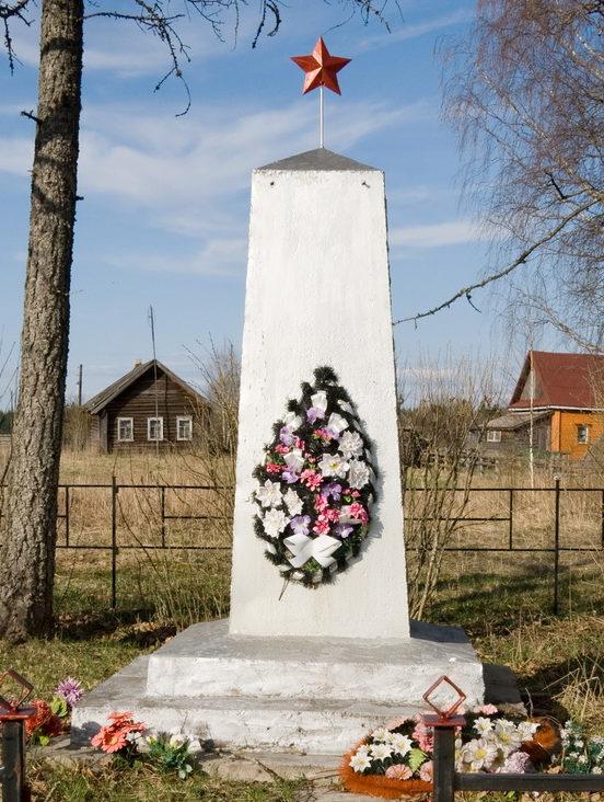 д. Лидь Бокситогорского р-на. Памятник погибшим землякам, на котором увековечено имена 25 человек.