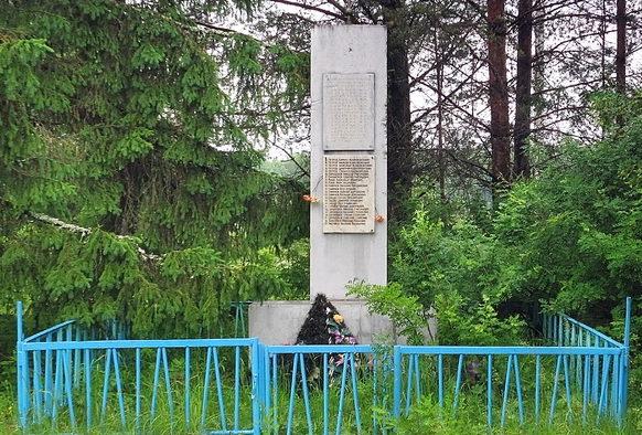 д. Лиственка Бокситогорского р-на. Памятник погибшим землякам, на котором увековечено имена 40 человек.