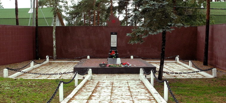 п. Глебычево Выборгского р-на. Памятник, установлен на братской могиле, в которой похоронено 18 советских воинов.