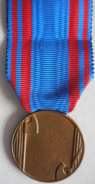 Аверс и реверс бронзовой медали «За доблестную службу в авиации» (Medaglia di bronzo al valore aeronautico).
