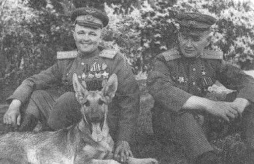 Михаил Лусто (слева) и Евгений Мариинский с собакой Джульбарсом, которая обнаружила 7 468 мин и более 150 снарядов. 1945 г.