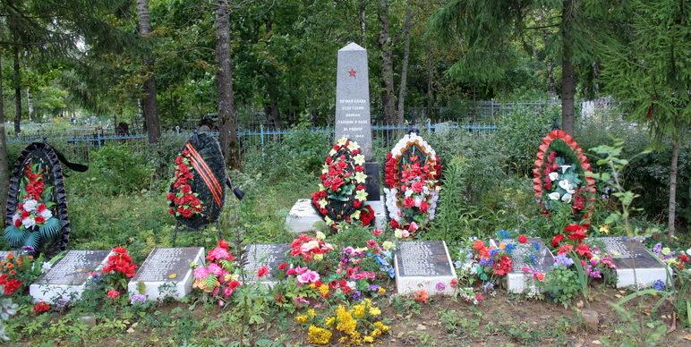 с. Никольское Гатчинского р-на. Памятник, установленный на братской могиле, где похоронено 200 советских воинов, в т.ч. 58 неизвестных.