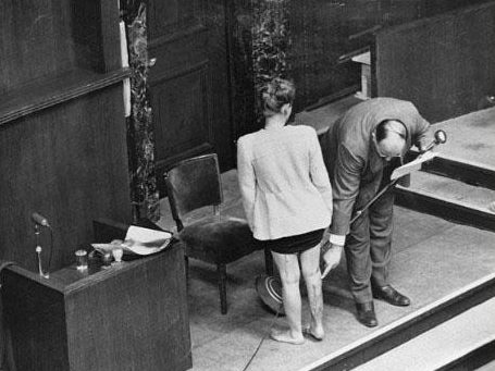 В Нюрнбергском процессе врач представляет шрамы на ноге польской заключенной, которая перенесла эксперименты на сульфаниламиде в концлагере Равенсбрюк. 1946 г.