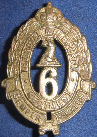 Аверс и реверс знака на шляпу военнослужащих 6-го пехотного батальона.