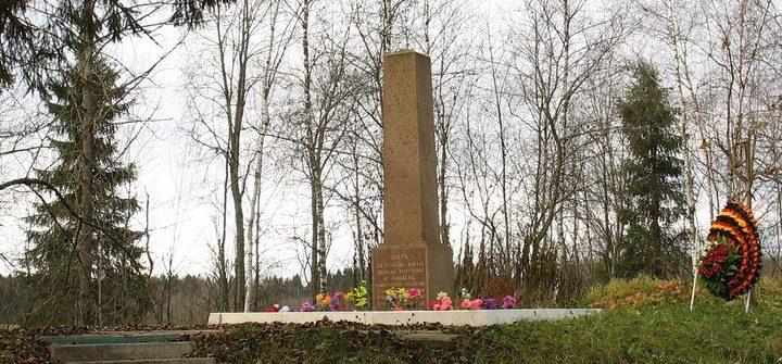 с. Никольское Гатчинского р-на. Памятник на месте гибели более 900 советских людей. Текст на памятнике: «Здесь 22.10.1941 г. были зверски замучены и сожжены фашистскими палачами более 900 советских людей, находящихся на лечении в больнице П. П. Кащенко».