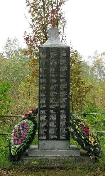 д. Окулово Бокситогорского р-на. Памятник погибшим землякам, на котором увековечено имена 225 человек.