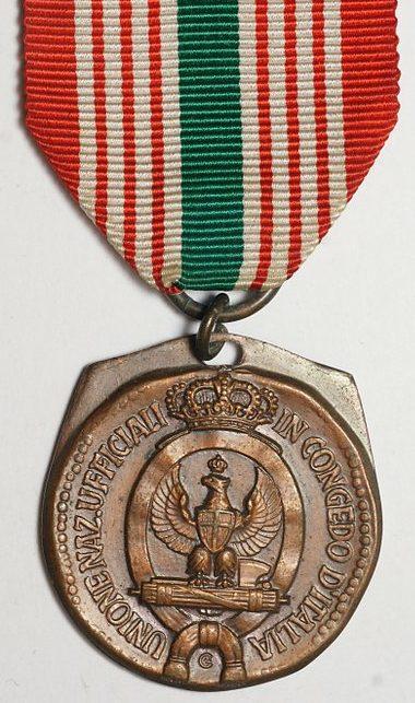 Аверс и реверс памятной медали Национального союза отставных офицеров Италии.
