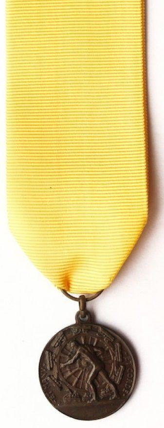 Аверс и реверс памятной медали 5-го артиллерийского полка. На реверсе медали отчеканен девиз – «За единство и величие Италии». Медаль изготовлена из бронзы, диаметр – 26 мм.