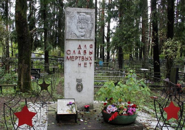 г. Кировск. Братская могила 13 воинов-танкистов на Марьином кладбище.