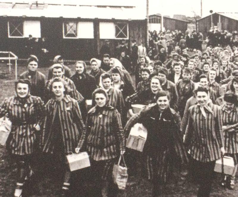 Заключенные покидают лагерь. Май 1945 г.