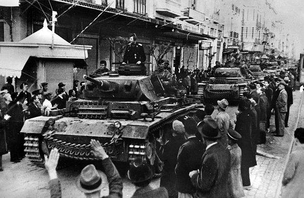 Пронацисткие жители Салоников встречают немецкие танки. Апрель 1941 г.