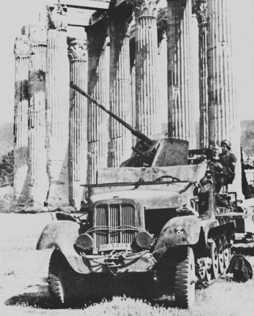 Немецкое 37-мм зенитное орудие у греческого Акрополя. Апрель, 1941 г.