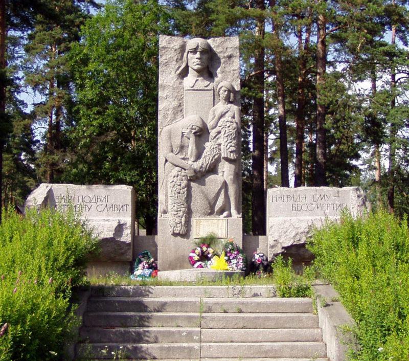 п. Ермилово Выборгского р-на. Памятник, установленный на братской могиле, в которой похоронено 17 советских воинов, погибших в Зимней войне.